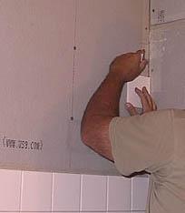 укладка плитки на стены с помошью отвеса