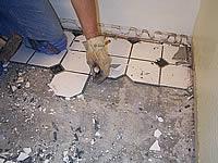 старая плитка удаляется частями
