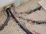 монтаж теплого пола : в трубку для кабеля входят 2 провода