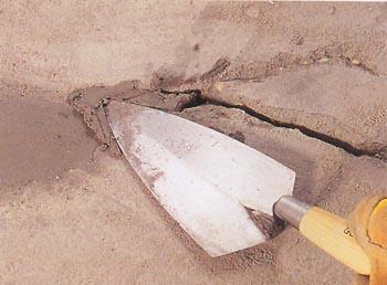 Заделываем трещины в цементном полу