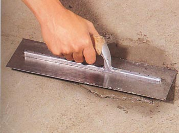 Нанесение состава для заделки трещин