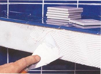 Наносим клей для укладки керамической плитки