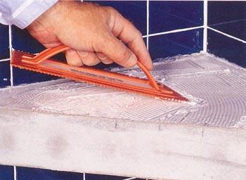 Наносим клей для укладки плитки