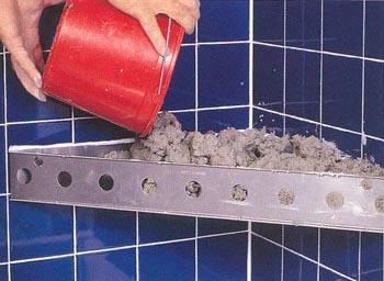 Заполняем форму для полки цементом