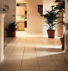 дизайн коридора с квадратной напольной плиткой