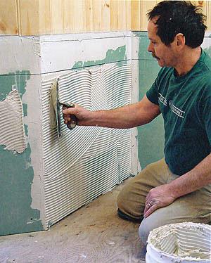 При нанесении мастики шпатель держится под острым углом к поверхности