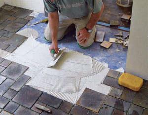 Опытные мастера редко наносят клей на площали более 1 кв.м