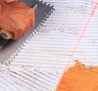 Клеим плитку: техника нанесения клея
