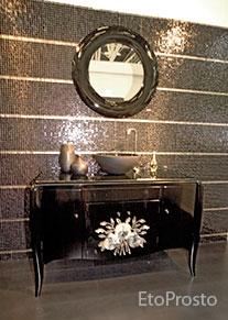 Черный столик в ванную, на фоне черной мозаики и черного зеркала