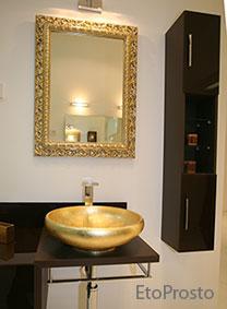 Золотая раковина, золотое зеркало и черная мебель для ванной комнаты