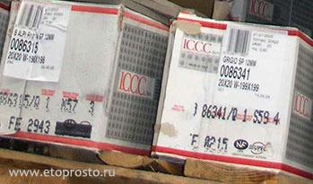 коробки с керамической плиткой разных тонов